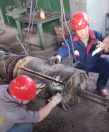 1.文丰带钢卷筒2#线上出现异常,项目经理李晓亮组织钳工王东、韩海涛紧急抢修线下备件